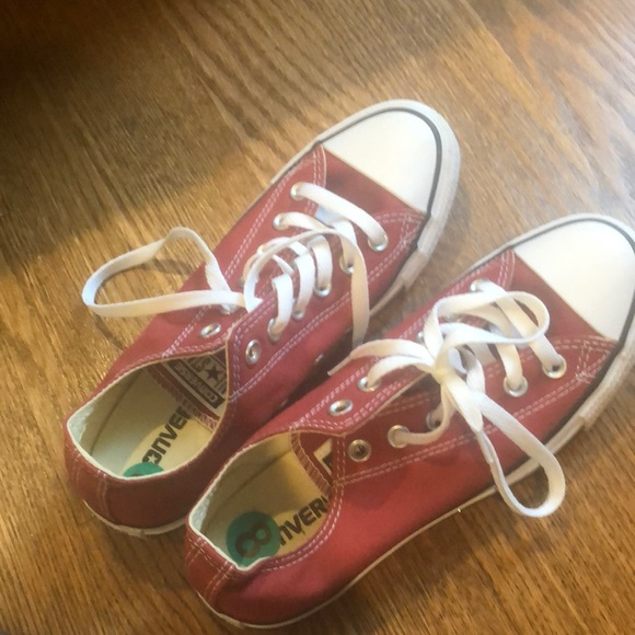 Converse short top maroon size 8. Barely worn.